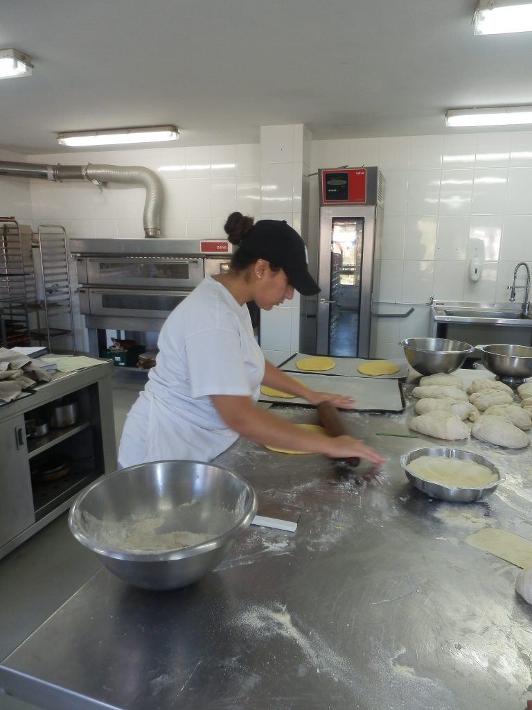 """Nataljia in der Vorbereitung des Süssgebäcks """"Larpeira"""""""